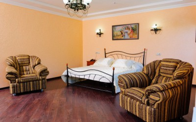Двухуровневая комната Люкс с двуспальной кроватью и широким диваном