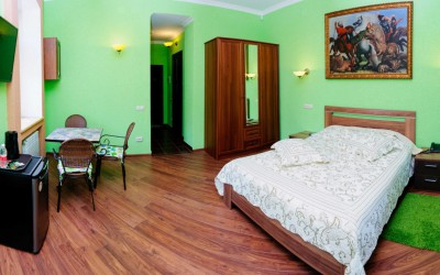 Улучшенная семейная комната De Luxe с двуспальной кроватью и диваном