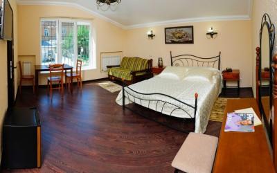 Семейная комната De Luxe с двуспальной кроватью и диваном