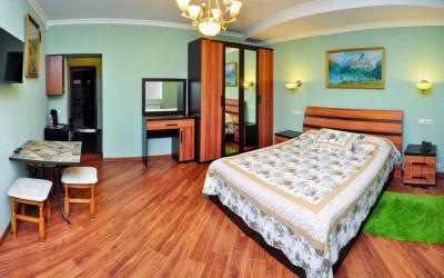 Комната De Luxe с широкой двуспальной кроватью и диваном